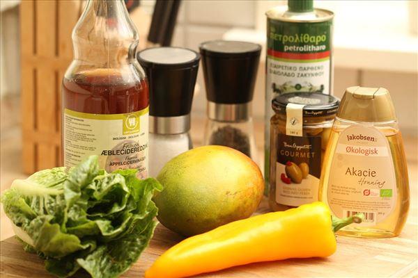 Mangosalat med oliven og honningdressing
