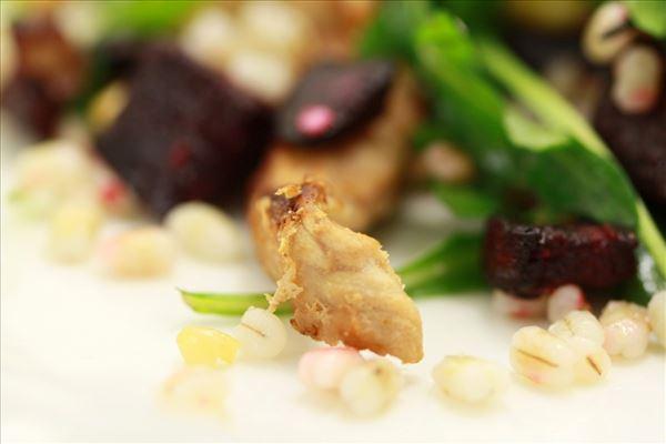 Rødbedesalat med perlebyg og kylling