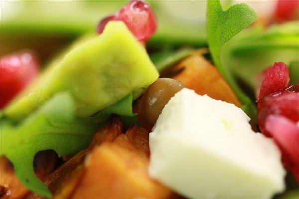 Sød kartoffel/linse salat med feta og avocado