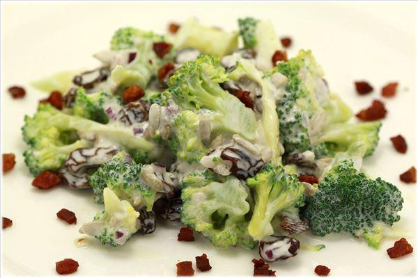 Broccolisalat med fløde og bacon