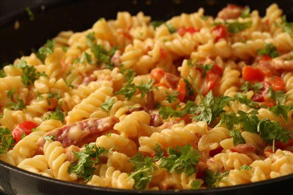 Pasta med bacon i flødeostesauce
