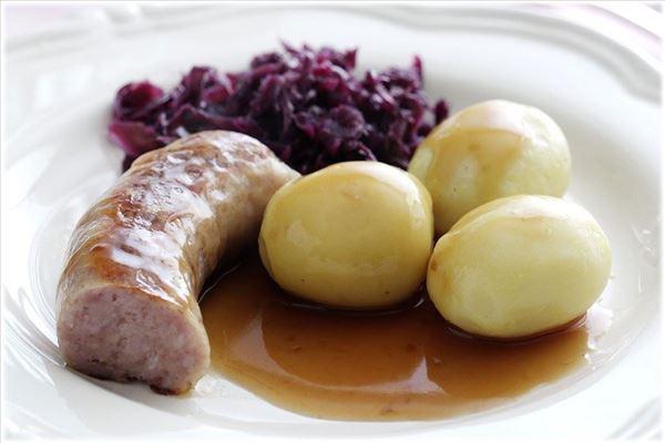 Stegt medisterpølse med rødkål og kartofler