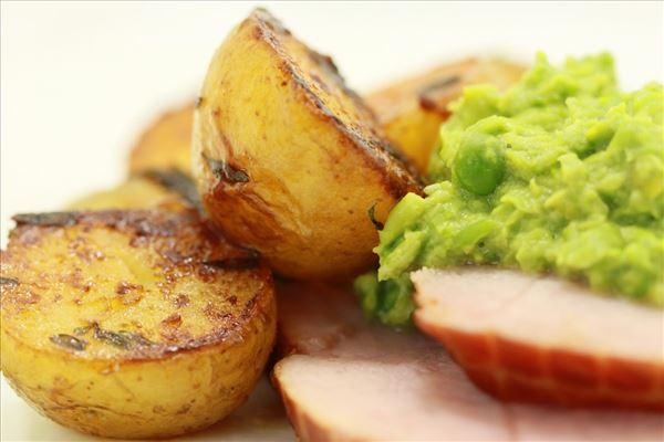 Skinke med glaserede kartofler og ærtepure