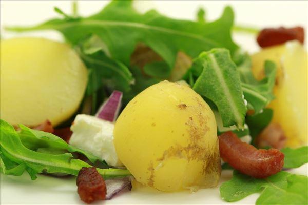 Kartoffelsalat med bacon og feta