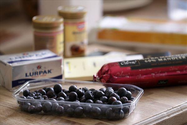 Marcipanmuffins med hvid chokolade og blåbær