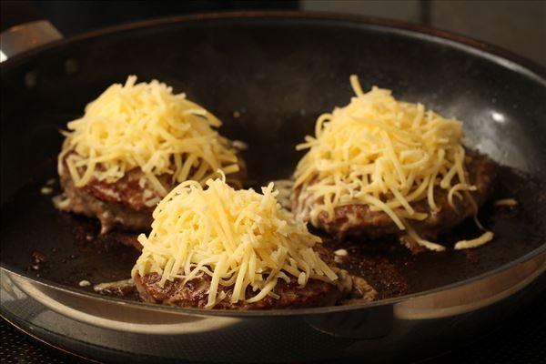 Burger med ost og løg