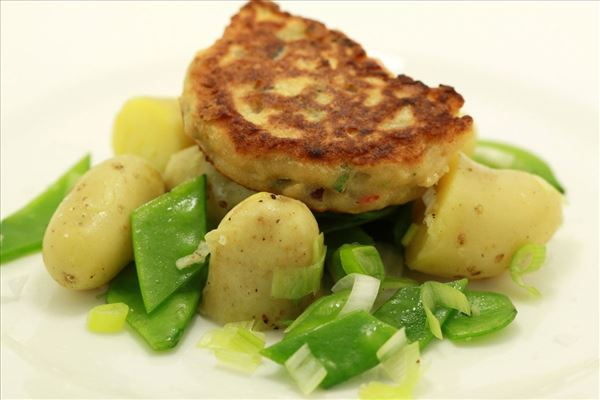Thailandske fiskefrikadeller med kartoffelsalat