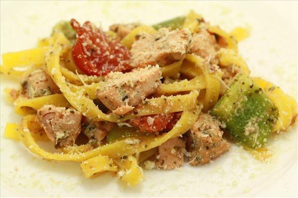 Laks og grønsager i fad med pesto og pasta