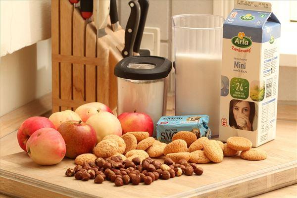 Æblekage med makroner og nødder
