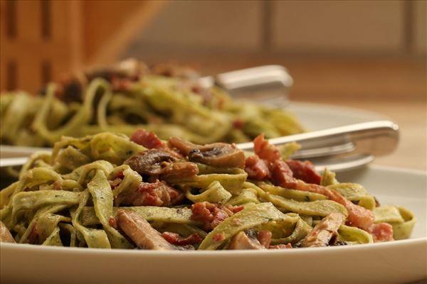 Frisk pasta med champignonsauce og bacon