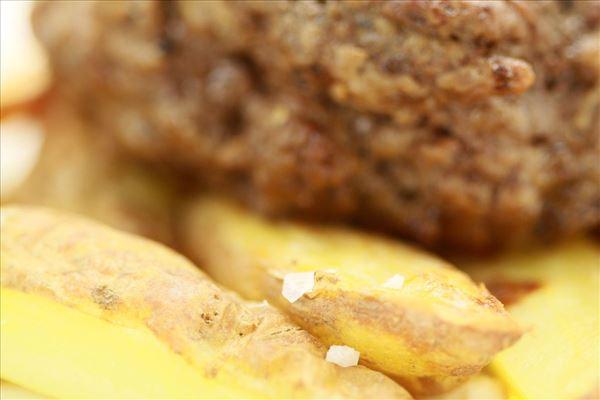 Bøf og pommes med hvidløgsdip