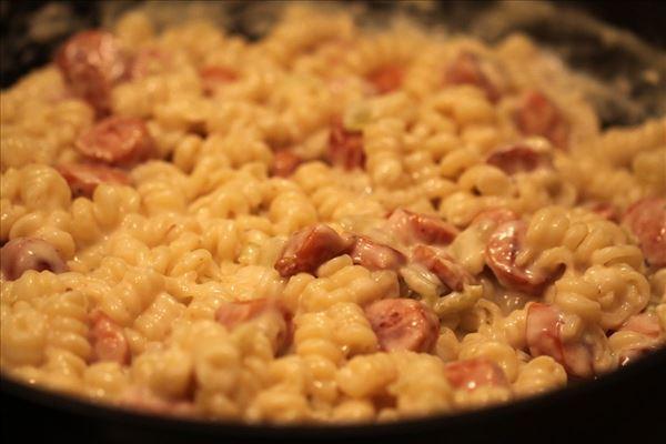 Hurtig pølseret med pastaskruer