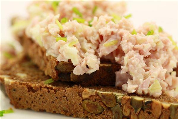 Hjemmelavet skinkesalat på rugbrød
