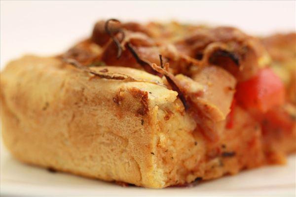 Deep-pan pizza med peberfrugt og pølser