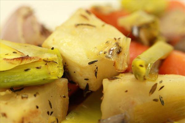Bagte rodfrugter med rosmarin og timian