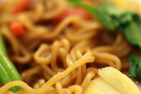Indonesiske nudler med løg og grøntsager