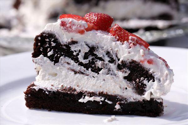 Jordbærlagkage med chokolagkagebunde