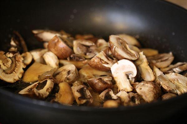 Ærtesuppe med løg, frisk mynte og stegte svampe