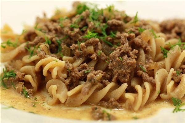 Oksekødshachis med pasta og dild