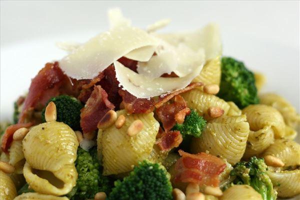 Pastasalat med pesto, broccoli og bacon