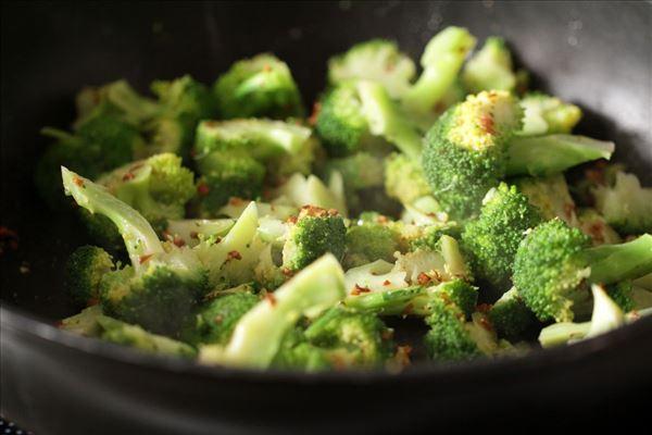Hvidløgssvitset broccoli