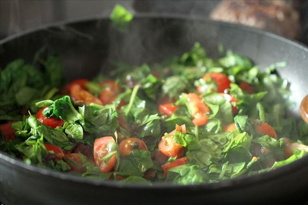 Varm spinatsalat med tomat og fetaost