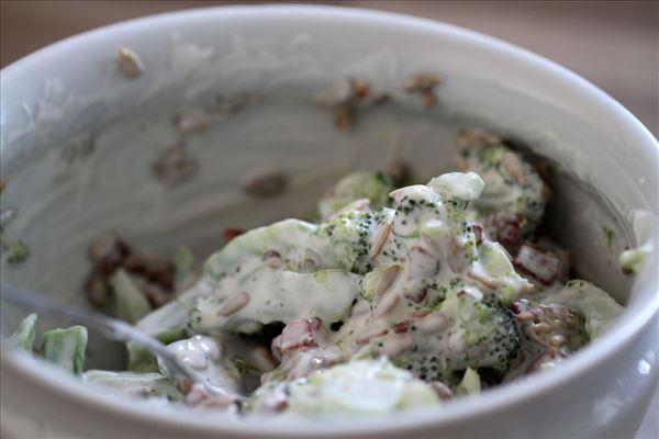 Nem broccolisalat med bacon og solsikkekerner