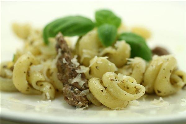 Oksekødsstrimler i pesto med pasta