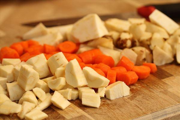 Pasta i rodfrugtepuré med parmesan