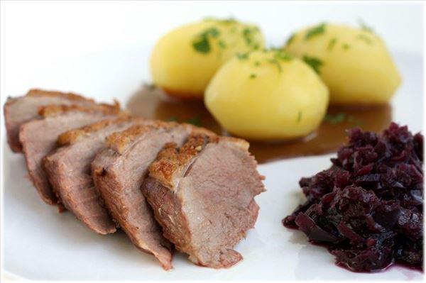 Andebryststeg med kartofler og brun sovs