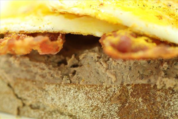 Smørrebrød med leverpostej og spejlæg