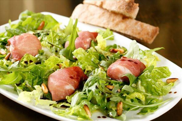 Salat med skinkepakkede kammuslinger