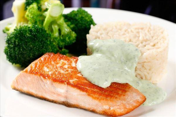 Stegt laks med broccoli, ris og sauce verte