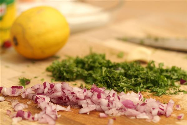 Laksesteak med kartofler og krydderurtedressing