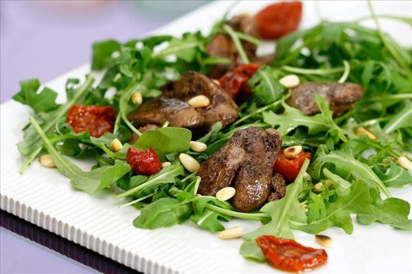 Salat med marineret kyllingelever på rucola