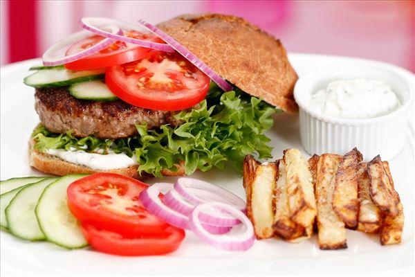 Burger original – med salat, tomater, løg og agurk