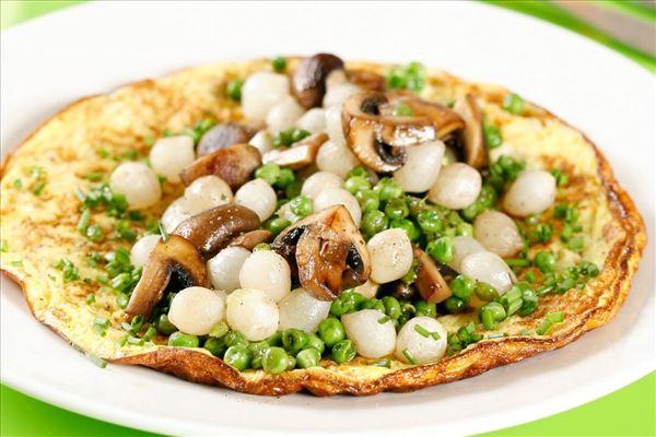 Omelet med svampe, grønne ærter og perleløg