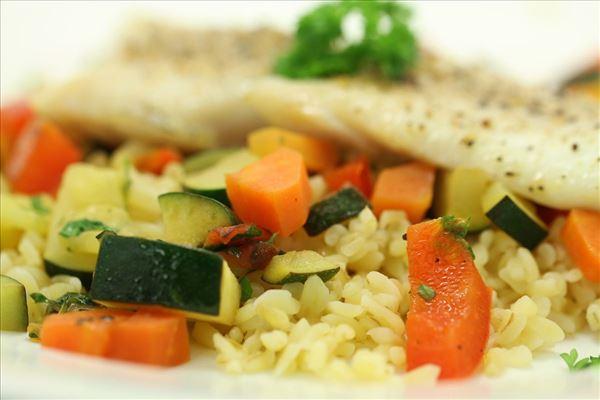 Bagt fisk på grønsagsbund med bulgur