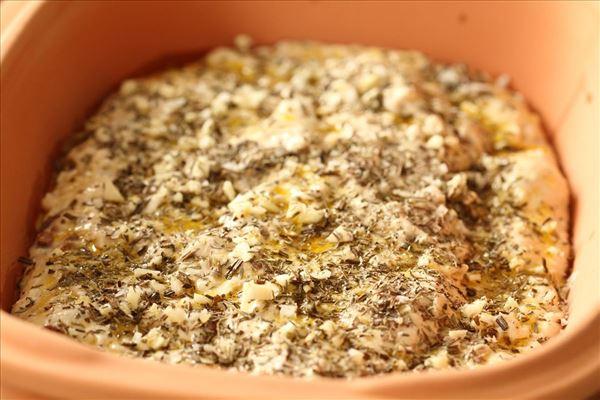 Langtidshævet madbrød med hvidløg og oliven