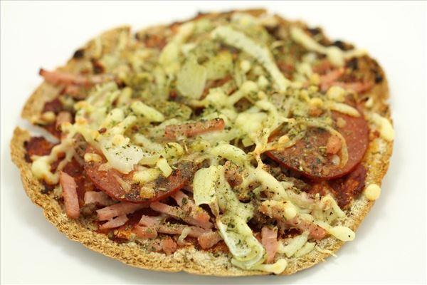 PitaPizza med skinke løg og pepperoni