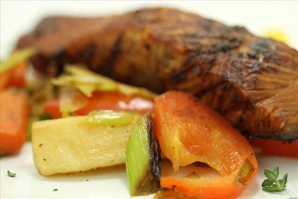 Teriyakilaks med sauteret grøntsager