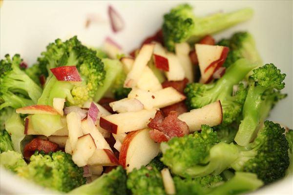 Broccoli-salat med bacon, æbler og rødløg