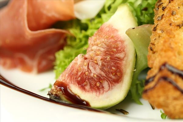 Salat med parmaskinke, figner og brødstænger
