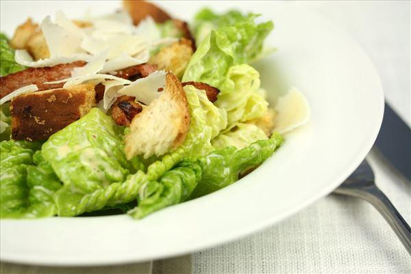 Cæsar salat med bacon
