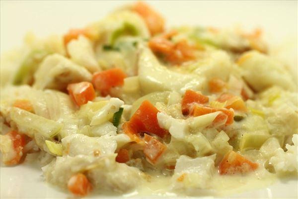 Torsk i fad med grøntsager, ost og ris