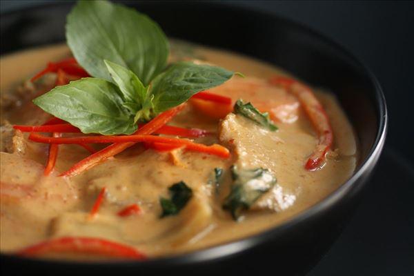 Andebryst i rød karry med ris