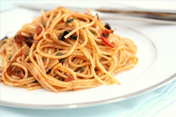 Spaghetti med ansjoser, oliven og kapers