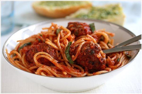 Spaghetti med italienske kødboller i tomatsauce