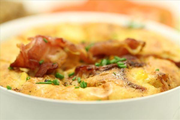 Omelet/æggekage i ovn med majs og bacon
