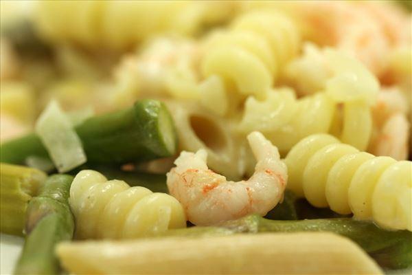 Pasta med asparges og rejer